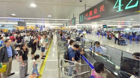 """""""双节""""齐至,浦东国际机场口岸现出境客流高峰"""