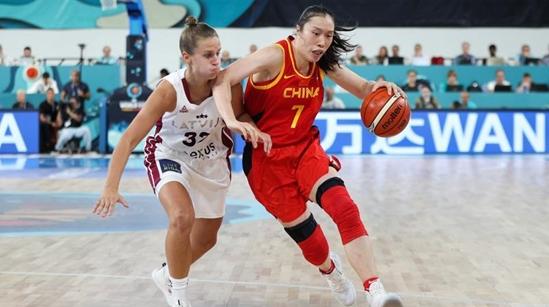 """中国女篮世界杯首战险胜拉脱维亚 """"一姐""""最后一攻一防成关键"""