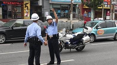 """今天上午亚新广场前架空线掉落  """"托举哥""""又来了"""