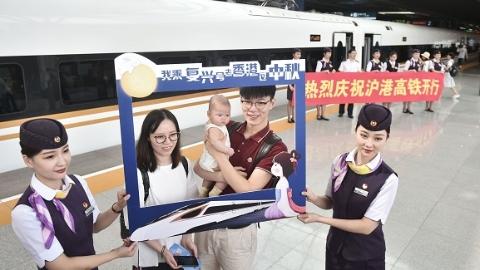 """上海始发首趟沪港高铁刚刚开出 不少旅客来""""尝鲜"""""""