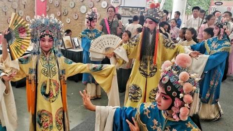 学扎染、编草帽、非遗大巡游……申城800余名中小学生共迎中秋