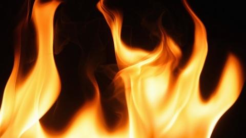 昨天浦东彩云路上一居民家中着火 一人受伤送医