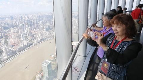 庆祝改革开放40周年 百名烈属参观地标看上海发展