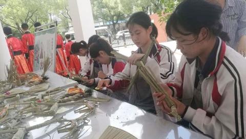 """让教育科研专家都点赞的青浦一中,办学特色竟然是""""水生态"""""""