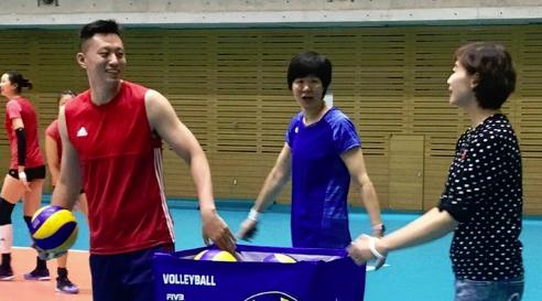世锦赛开赛前两旧将探班中国女排 训练场魏秋月夫唱妇随