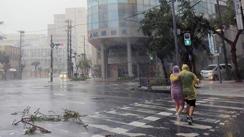 """台风""""潭美""""逼近日本 中国领馆发警示"""