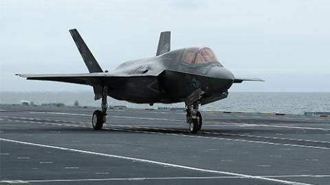 """""""迄今最昂贵战机""""F-35首次发生坠毁事件"""