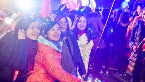 """第二届进口博览会正式进入倒计时 4000余人""""四叶草""""里跨年跑迎新"""