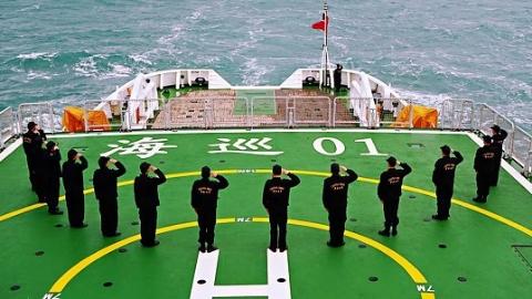 在祖国东海领海 向国旗敬礼!