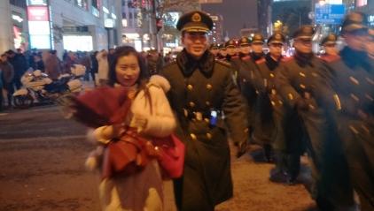 高甜预警!跨年夜,南京路执勤武警警官获女友求婚