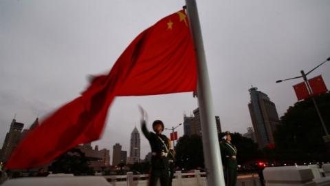 与新年第一缕阳光共同升起 武警国旗班战士今举行升国旗仪式迎接新年