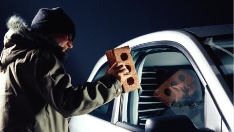 男子疑心前妻与其他男子交往过密 为泄愤怒砸豪车被刑拘