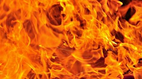 民宅起火一女子被困屋内 邻居紧急援救