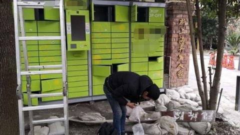 智能快递柜竟被人私自装在公共绿化带内 居民苦不堪言