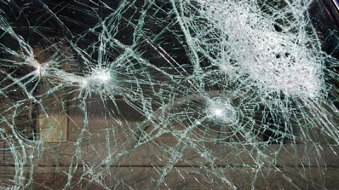 一家三口饭后散步悲剧降临 两车相撞导致父子两人不幸身亡