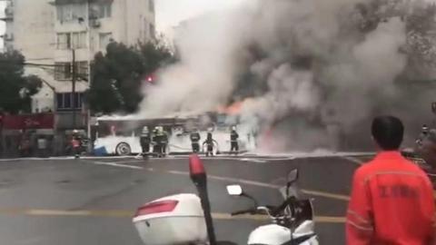 浦东长清路一公交车突然起火 现场浓烟滚滚