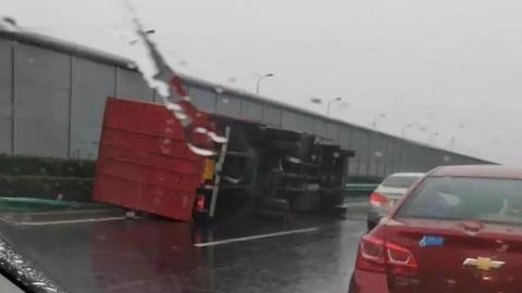 雨天路滑 连发多起车祸