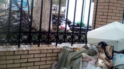 """小区建筑垃圾临时堆放点竟然成了""""垃圾山"""""""