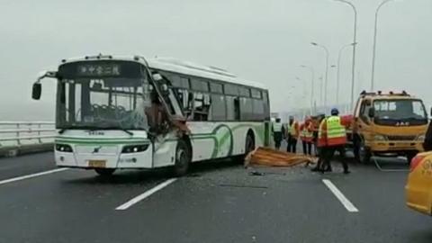 长江大桥上公交车追尾工程车 一乘客受伤
