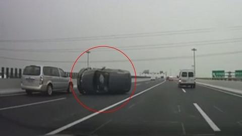 今晨华夏高架两车相撞,一辆SUV侧翻