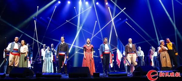 法语音乐剧《悲惨世界》在文化广场上演-郭新洋.jpg