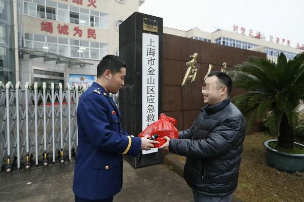 市民将烟花爆竹交到了消防队员手中_meitu_1.jpg