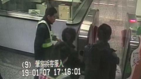 【暖新闻】一杯热水多温暖!老伯乘坐地铁突感不适幸遇工作人员热心照顾