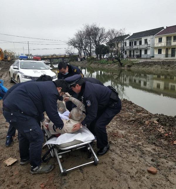 民警和热心市民将老人送上了救护车.jpg
