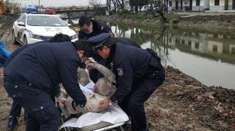 老人泥泞路上摔伤 多亏民警及时救助