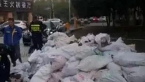 足浴店装修垃圾堆上人行道 居民出行苦煞忒