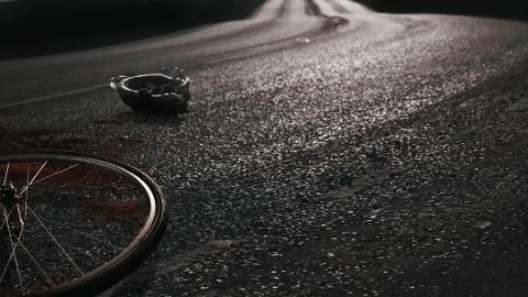 金沙江路千阳路口半挂车转弯带倒非机动车 骑车女子遭碾压身亡