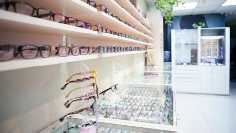 知名眼镜品牌授权经营店内真假混卖!仓库中近一半镜片是假货