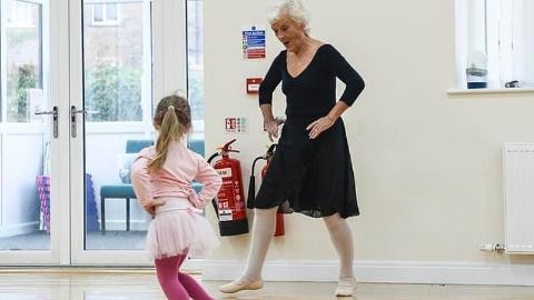 英国81岁老妪通过芭蕾舞最高级考试:跳舞是我的生命
