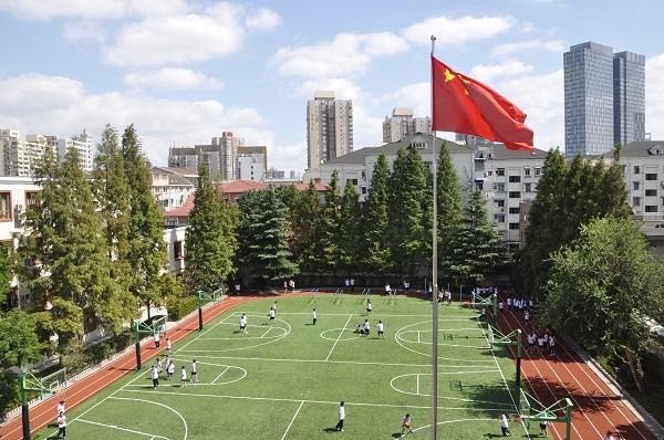 北虹初级中学的操场上,是孩子们欢快运动的身影(学校供图).JPG