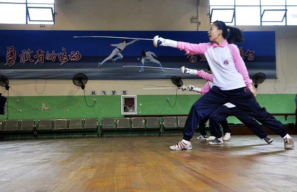 击剑课搬到了体校的专业场馆,孩子们一招一式都有模有样(学校供图).jpg