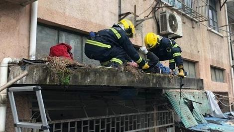空调工摔至2楼平台动弹不得,消防队员火速救援