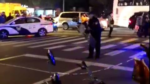 男子人行道上烧垃圾做饭还持械对峙,被警方制服