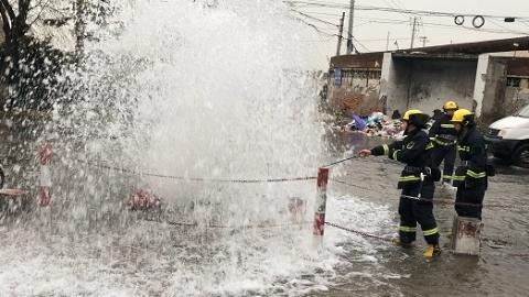 """驾驶员倒车撞坏消防栓 东塘路涌4米""""喷泉"""""""