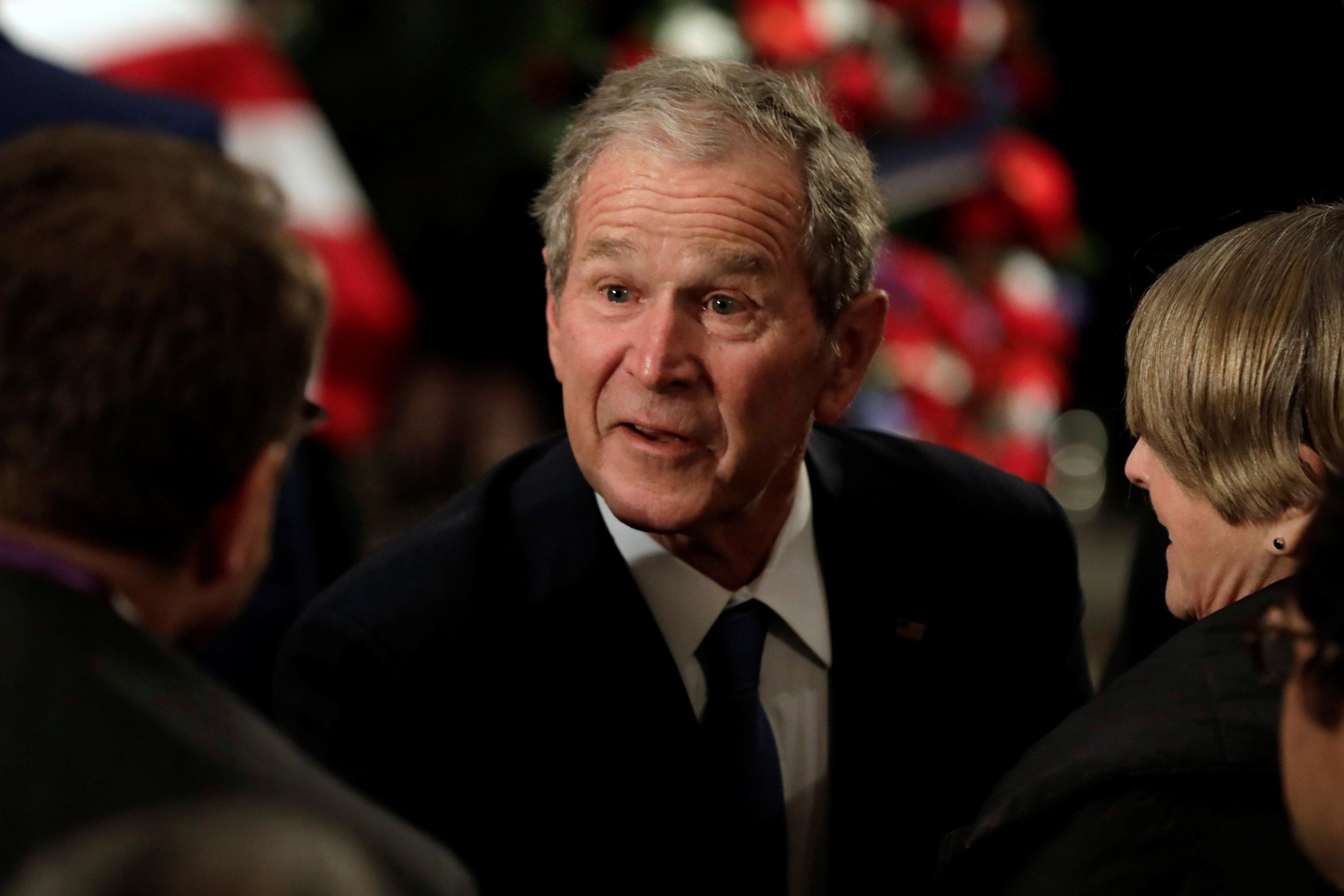 """小布什变""""外卖员""""给特勤局送披萨呼吁结束停摆"""