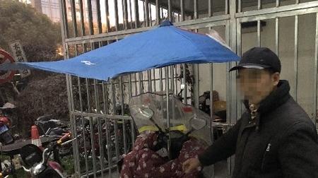 电动自行车还能使用这种伞蓬?危险!