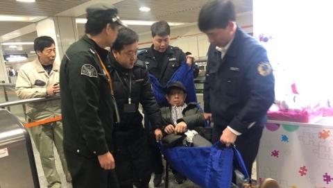 7号线两座车站三名乘客晕倒 幸得工作人员救助 转危为安