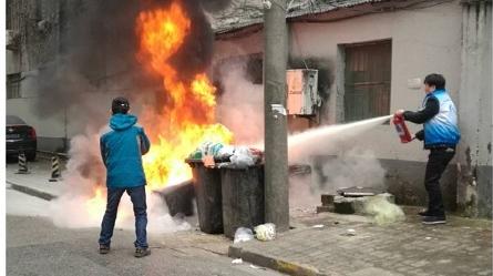 友谊二村垃圾箱突起火 幸亏有了他们......