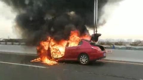 今早沪闵高架一轿车自燃 未造成人员伤亡