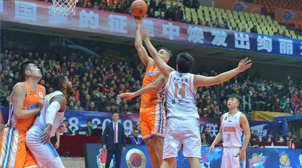 上海男篮最近11战9败,从排名第三到掉队边缘,大鲨鱼为何高开低走?