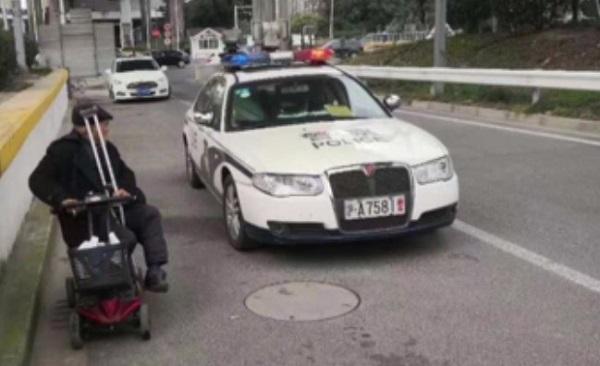 八旬翁驾老年代步车 驶上了S5沪嘉高速