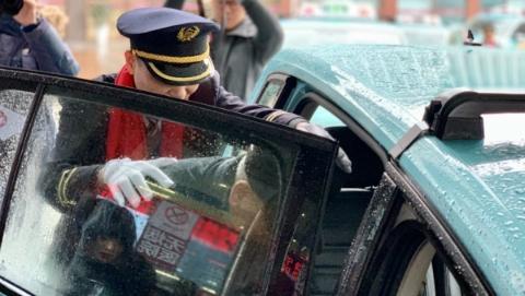 春暖回家路!大众出租老克勒雷锋车队免费送10名出院病人回家过年