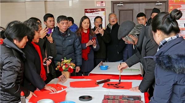 """凌云社区来了书法名家,刘小晴带书法社员进社区送""""福"""""""
