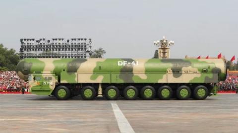"""中国武器装备的""""阅兵高光时刻"""":壮哉!共和国铁流!"""