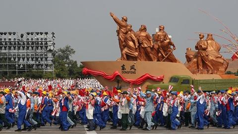群众游行:欢歌盛赞新时代 同心共筑中国梦
