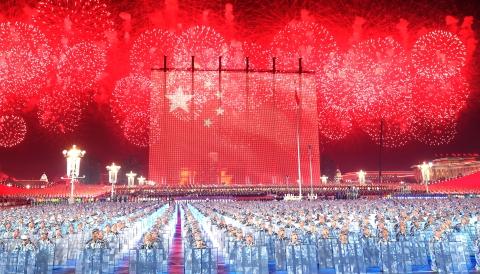 """烟花点亮""""人民万岁"""",笑脸祝福最美中国!这个夜晚,让亿万中华儿女惊叹"""